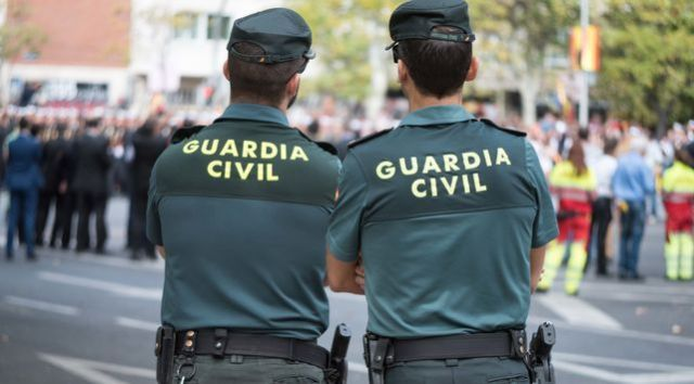 Pareja de agentes de la Guardia Civil.
